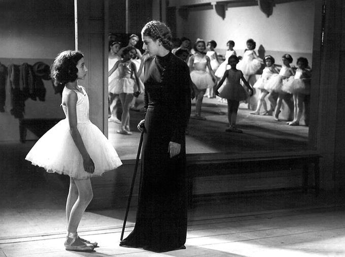 Janine Charrat (à gauche) à 14 ans en 1938 dans «La mort du cygne».