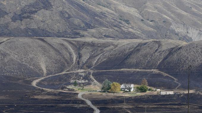 Une maison épargnée par le feu dans la région d'Alberta.
