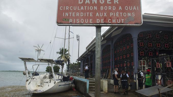 Un bateau a atterri sur le quai de la Darse à Pointe-à-Pitre.