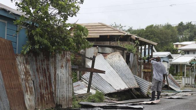 Un homme constate les dégâts sur une maison de Saint-Barthélemy, jeudi.