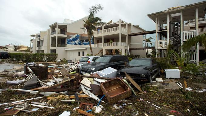Le mobilier des appartements dévastés se retouve à l'extérieur de cet hôtel de Marigot.