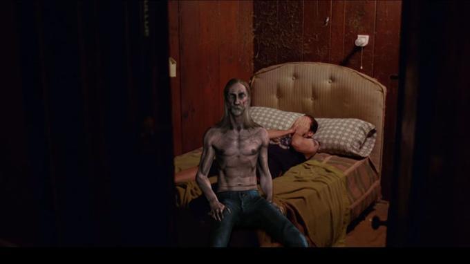 Un Iggy Pop mal incrusté regarde le spectateur. Et comme le monsieur allongé sur le lit, il nous fait peur. Ou rire?
