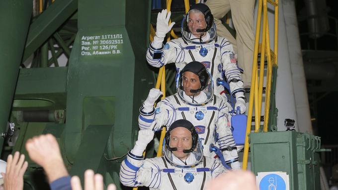 Avant le décollage, les trois astronautes (de bas en haut) Alexandre Missourkine, Joe Acaba et Mark Vande Hei montent à bord de la fusée Soyouz.