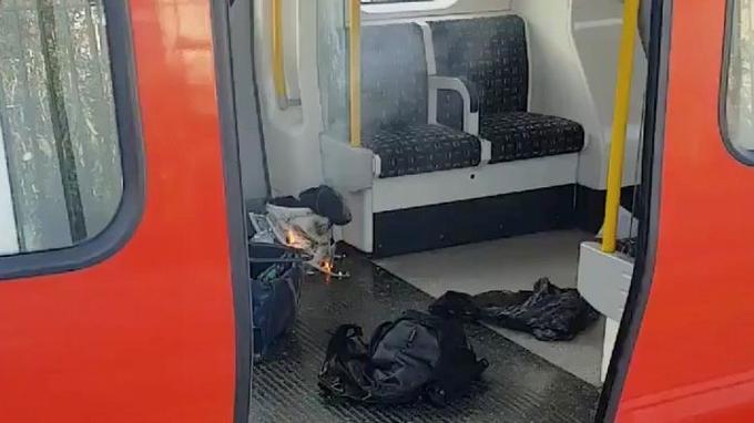 Des photos montrent un seau en flammes dans un sac en plastique sur le sol de la rame qui ne semble pas avoir été endommagée par l'explosion.