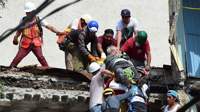 Un vieil homme est sorti des décombres par les secours.