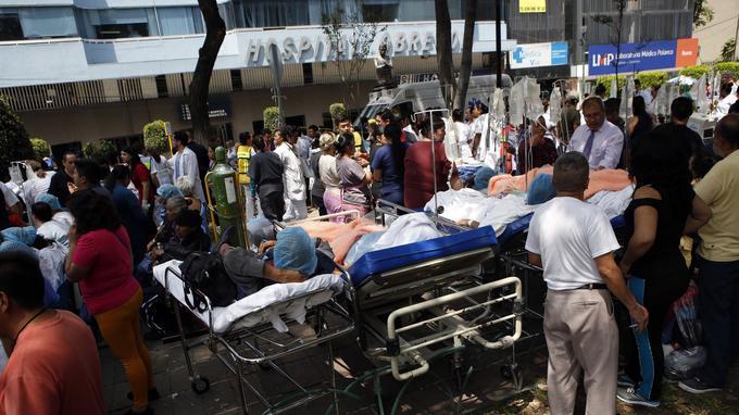 Les patients d'un hôpital ont été mis à l'abri sur le trottoir.