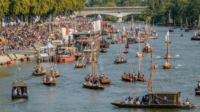 Grande parade des bateaux sur La Loire le dimanche après-midi à Orléans.