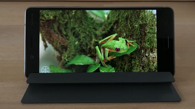 La dalle Quad HD IPS du Nokia 8 offre une image de très bonne qualité mais laisse d'importantes bordures.