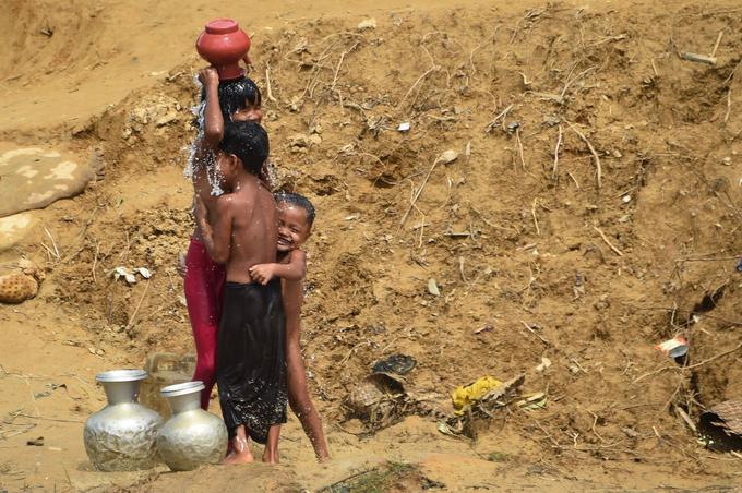 Des enfants se lavent dans un camp de réfugiés à côté de Ukhia au Bangladesh.