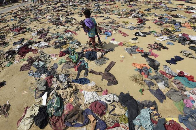 Des vêtements jonchent le sol dans le camp de réfugiés de Bhalukali à côté de Ukhia.