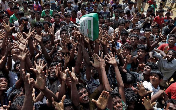Lors d'une distribution de produits dans un camp de réfugiés à Cox's Bazar au Bangladesh.