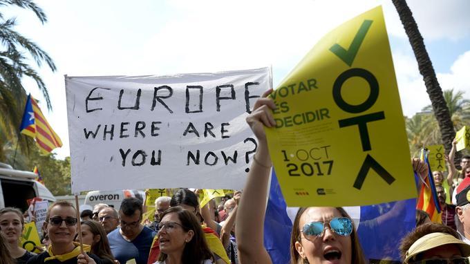 «Europe, où es-tu?», interroge la banderole de cette manifestante pro-indépendance à Barcelone, le 21 septembre.