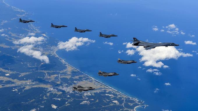 Un bombardier américain B-1 accompagné de chasseurs F-15 près de la frontière nord-coréenne.