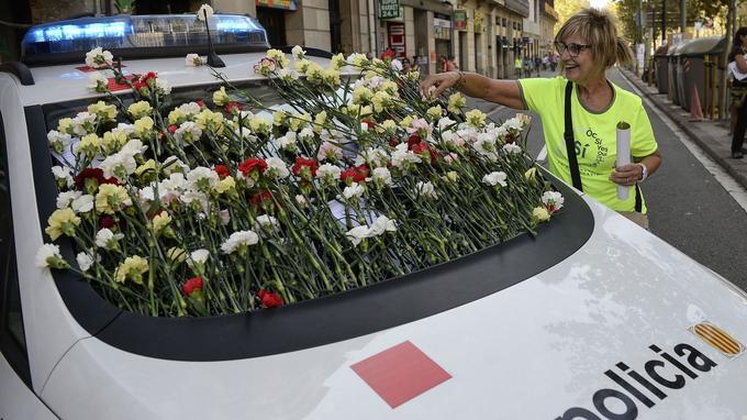 Le pare-brise d'une voiture des Mossos d'Esquadra, la police catalane, recouverte d'oeillets par des partisans de l'indépendance, le 24 septembre à Barcelone.