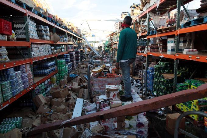 Un homme constate les dégâts à «l'intérieur» d'un supermarché, après le passage de l'ouragan Maria, à Salinas, à Porto Rico.