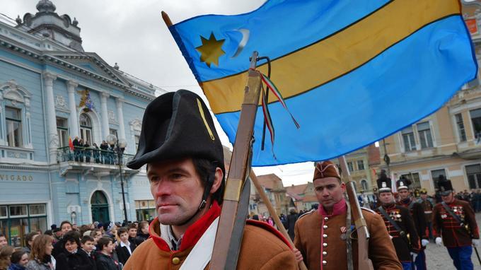 En 2013, des Hongrois de Roumanie arborent le drapeau du Pays sicule lors d'un défilé célébrant l'anniversaire de la révolution hongroise de 1848.