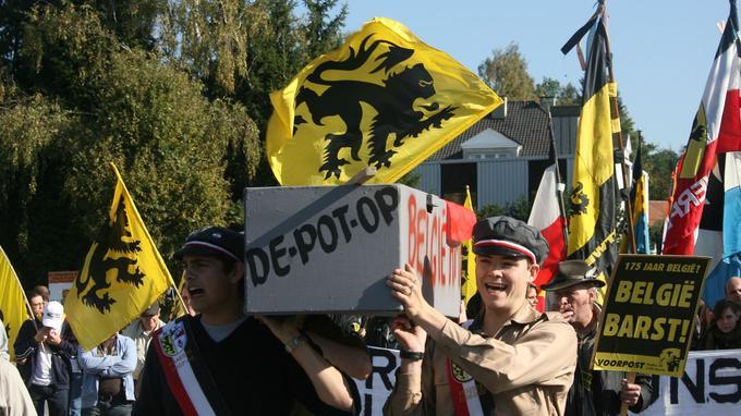 Des nationalistes flamands portent en 2007 un «cercueil de la Belgique» pour exiger l'indépendance de la Flandre, à Rhode-Saint-Genest, près de Bruxelles.