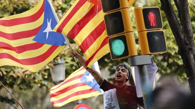Un manifestant agite le drapeau indépendantiste catalan, le 20 septembre, à Barcelone.