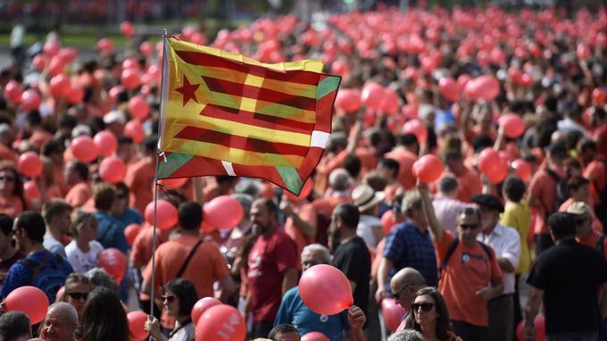 Des Basques pro-indépendance manifestent à Bilbao, le 10juin, à l'appel de la plateforme «Gure Esku Dago» («C'est entre nos mains»), en faveur d'un référendum régional d'indépendance. Le drapeau au centre est l'ikurrina, le drapeau indépendantiste basque.