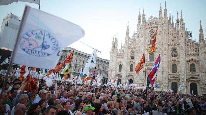 Des militants de la Ligue du Nord manifestent sur la Plazza del Duomo à Milan, le 18 octobre 2014.