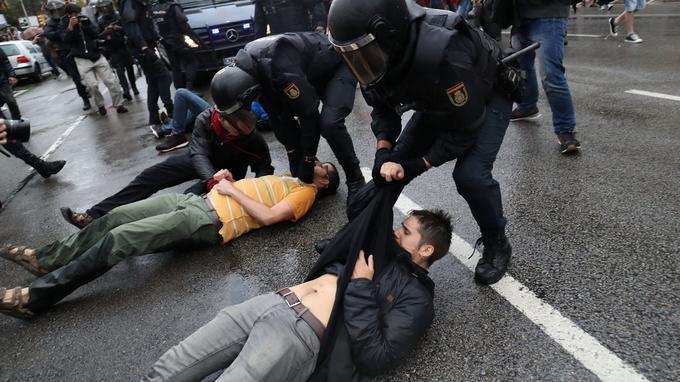 Les policiers anti-émeutes ont également, selon des témoins, utilisé des balles en caoutchouc à Barcelone où des milliers de personnes étaient descendues dans la rue tôt le matin pour prendre part au scrutin.