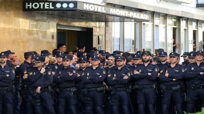 À Pineda de Mar, la police catalane a été envoyée pour protéger l'hôtel où logent des policiers. (Crédit: Alberto Gea / Reuters)