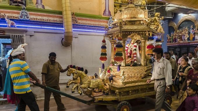 Le temple de Manakula Vinayakar est surtout fréquenté par les fonctionnaires travaillant dans les bureaux alentour. Ici, une procession en l'honneur du dieu Ganesh.