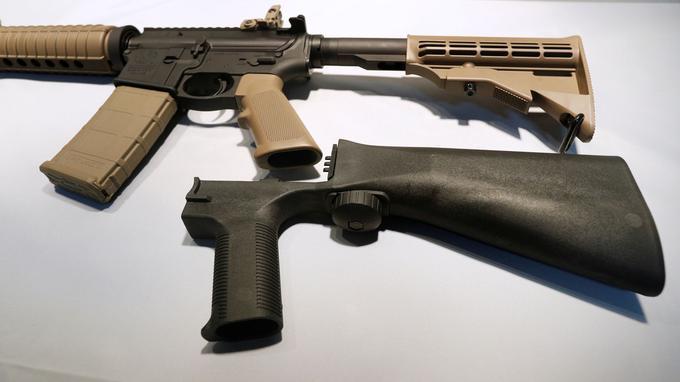 L'ajout de cette crosse amovible permet de transformer un fusil semi-automatique en arme automatique.