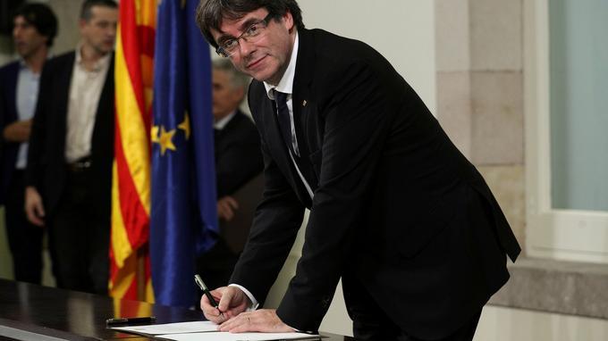 Carles Puigdemont signe la déclaration d'indépendance avant de la suspendre dans la foulée, le 10 octobre au Parlement régional de Barcelone.
