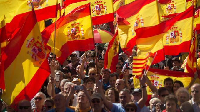 Des centaines de milliers d'Espagnols brandissent des drapeaux nationaux pour soutenir l'indépendance du pays, le 8 octobre à Barcelone.