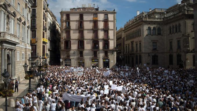 Des milliers de manifestants participent au rassemblement «Parlem? Hablemos?» («On se parle?», en catalan et en espagnol), ici à Barcelone.