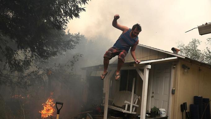 Un habitant de Glen Ellen, en Californie, fuit sa maison, envahie par les flammes.
