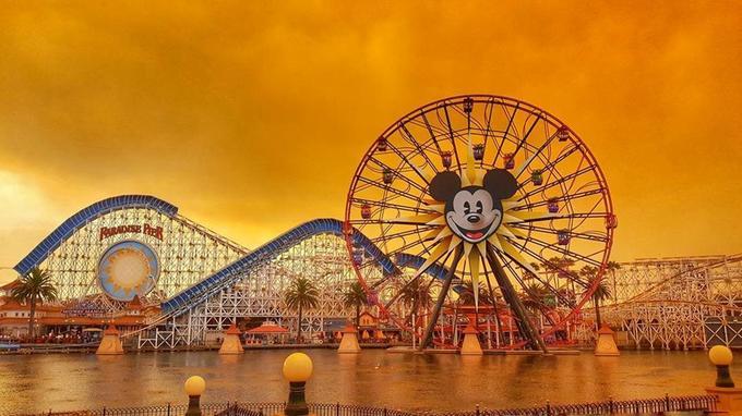 Disneyland a été atteint par les flammes à Anaheim, en Californie.