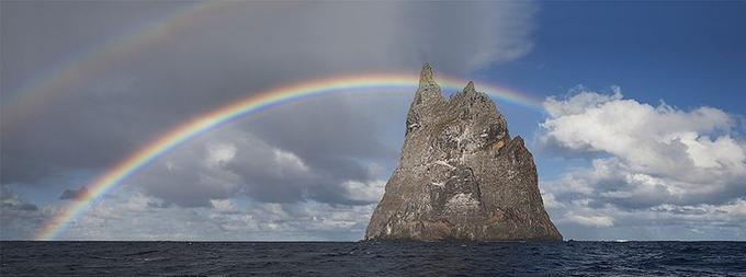 L'île appelée Pyramide de Ball (Ball's Pyramid en anglais).
