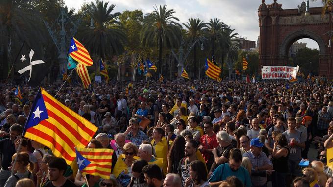 Des milliers d'indépendantistes étaient rassemblés à Barcelone pour suivre en direct le discours du président catalan.