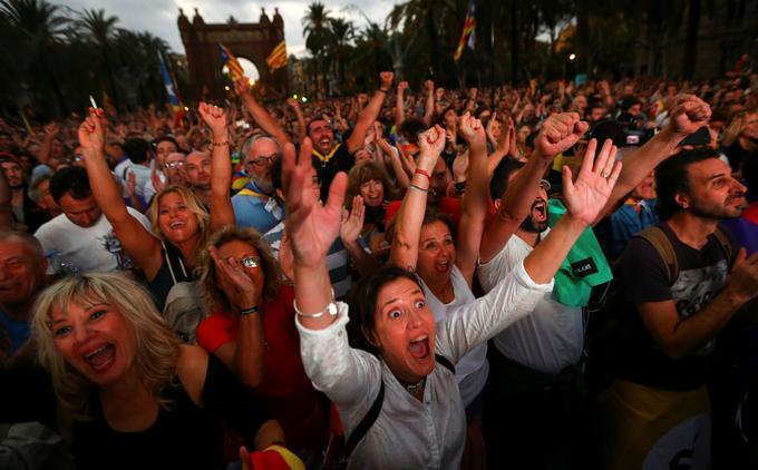 La foule a explosé de joie lorsque Carles Puigdemont a évoqué «un État indépendant sous forme de République».