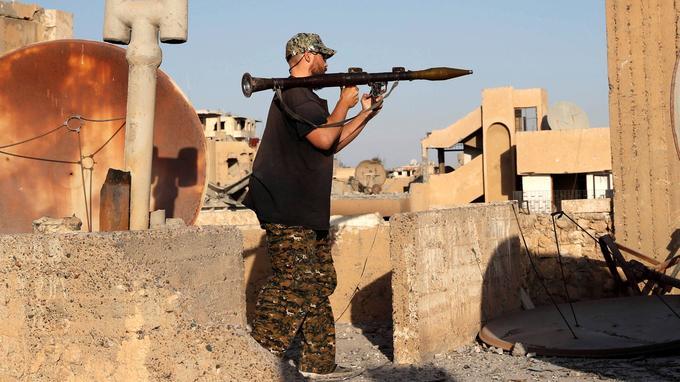 Un combattant américain volontaire des FDS sur la ligne de front, à Raqqa.