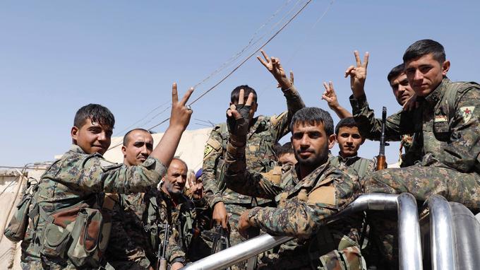 Des combattants des Forces démocratiques syriennes dans un camion en direction de la ligne de front, à Raqqa le 8 octobre dernier.