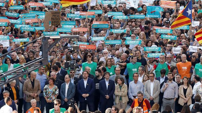 Après l'annonce de son limogeage, Carles Puigdemont doit s'exprimer à 21h locales.