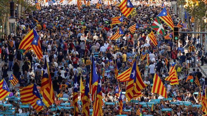 Les indépendantistes sont descendus dans la rue après l'annonce du gouvernement espagnol de suspendre l'autonomie de la Catalogne.