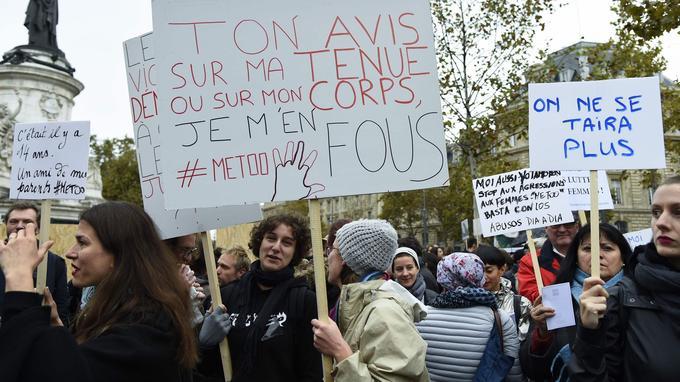 Munies de petites pancartes, quelques centaines de femmes et d'hommes se sont réunis sur la place de la République.