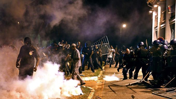 En début de nuit, l'air du centre-ville de Cayenne empestait les gaz lacrymogènes lancés afin de disperser un rassemblement devant la préfecture.