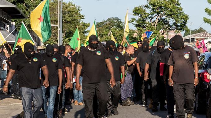 Des manifestants et des membres du collectif des 500 frères, jeudi à Cayenne.