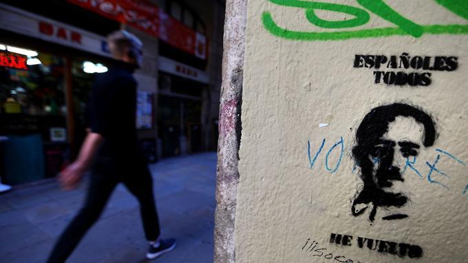 «À tous les Espagnols, il est revenu», lit-on sur ce pochoir montrant le visage de Francisco Franco, photographié à Barcelone le 24 octobre.