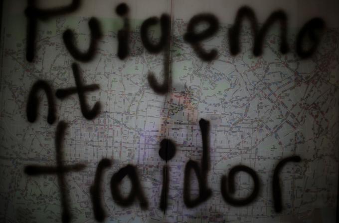 «Puigdemont traître», inscrit sur un arrêt de bus à Barcelone, le 23 octobre.