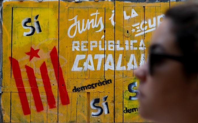 «Oui» et «République catalane», distingue-t-on sur ces panneaux de bois, ainsi que le nom des deux principales forces politiques indépendantistes, Junts pel sí et la CUP.