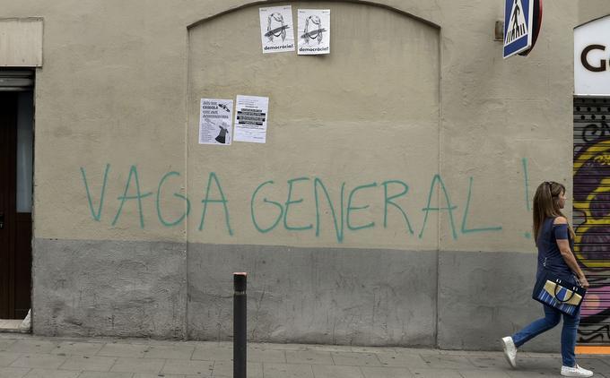 «Grève générale», à Barcelone, le 3 octobre. On remarque également des affiches scandant «Démocratie!» avec un trait barrant un visage et des appels à manifester avec des casseroles.