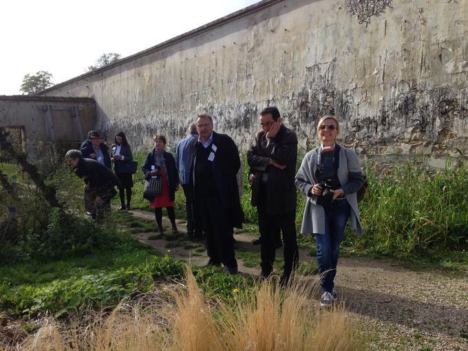 Pendant la visite de la délégation du WMF, le potager du Roi, envahi d'herbes folles, donne le sentiment d'être à l'abandon.