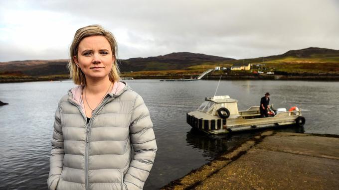 Rebecca Munro, une des six habitantes d'Ulva. En arrière plan, son mari Donald Munro, opérateur du ferry de l'île.