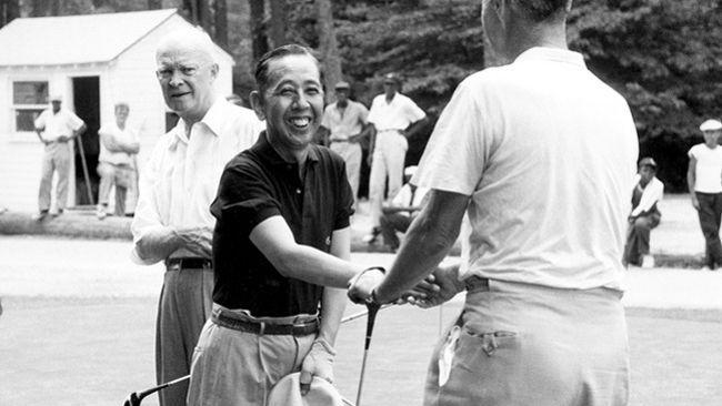 Juin 1957: rencontre entre le premier ministre japonais Shinsuke Kishi (grand-père de Shinzo Abe) et le président américain Dwight Eisenhower.